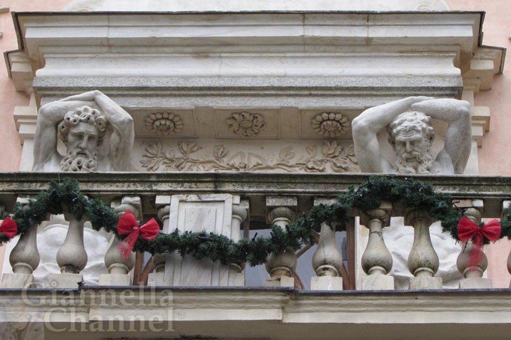 Balcone-del-maniero-di-Govone-addobbato-per-le-feste