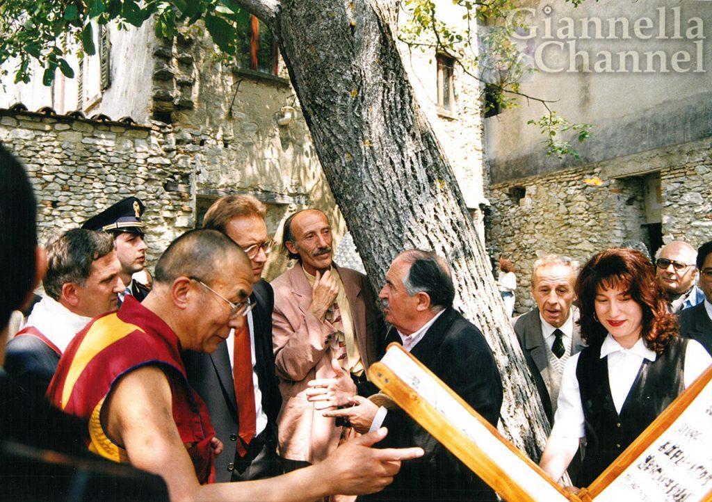 Pennabilli, 15 giugno 1994: il Dalai Lama con Tonino Guerra e Gianni Giannini nell'Orto dei frutti dimenticati