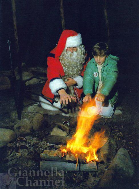 Joulupukki insegna a Giacomo ad accendere il fuoco nella tenda per le soste a Rovaniemi, Lapponia