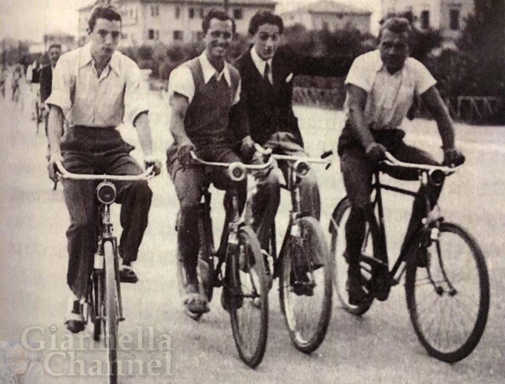 Federico Fellini in bicicletta a Rimini