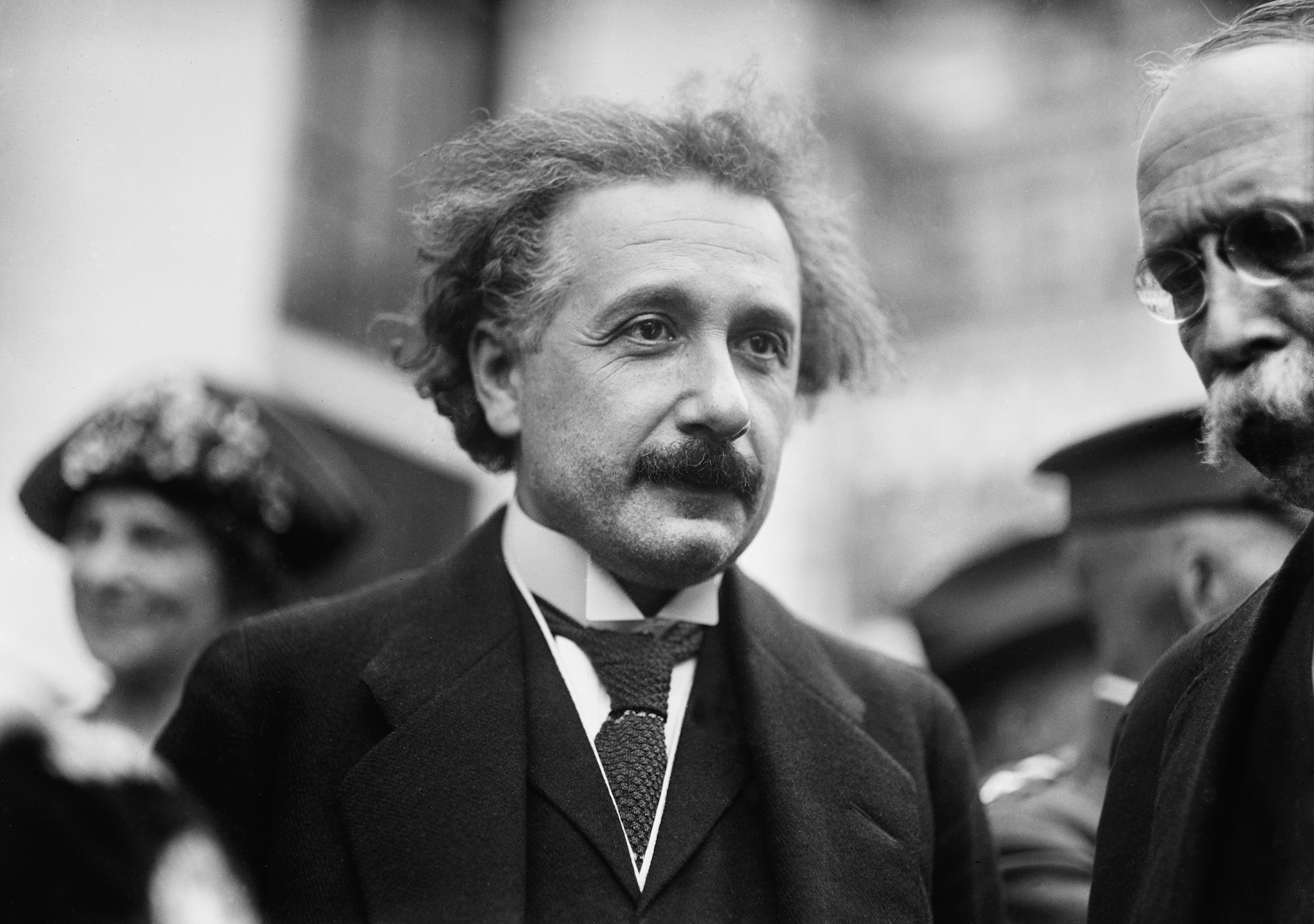 """La foto del secolo del buco nero dà ragione a Einstein. E il genio aveva visto giusto anche quando scriveva a Croce: <i>""""Salvi l'Italia""""</i>"""