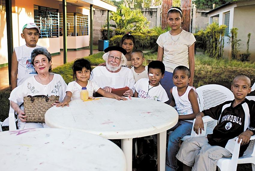 Ernesto Cardenal con i bambini nicaraguensi