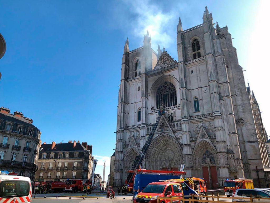 La facciata del cattedrale di Nantes, in Francia, devastata da un incendio il 18 luglio 2020