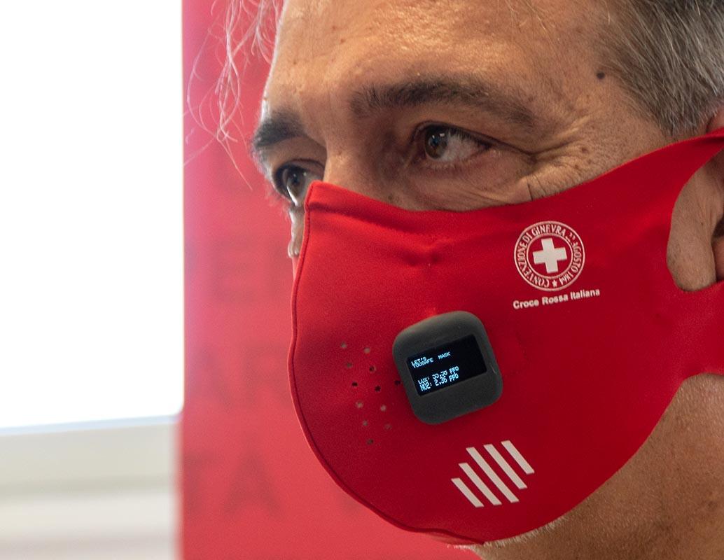 Covid, arriva la <br />mascherina intelligente: <br />misura temperatura <br />e distanziamento