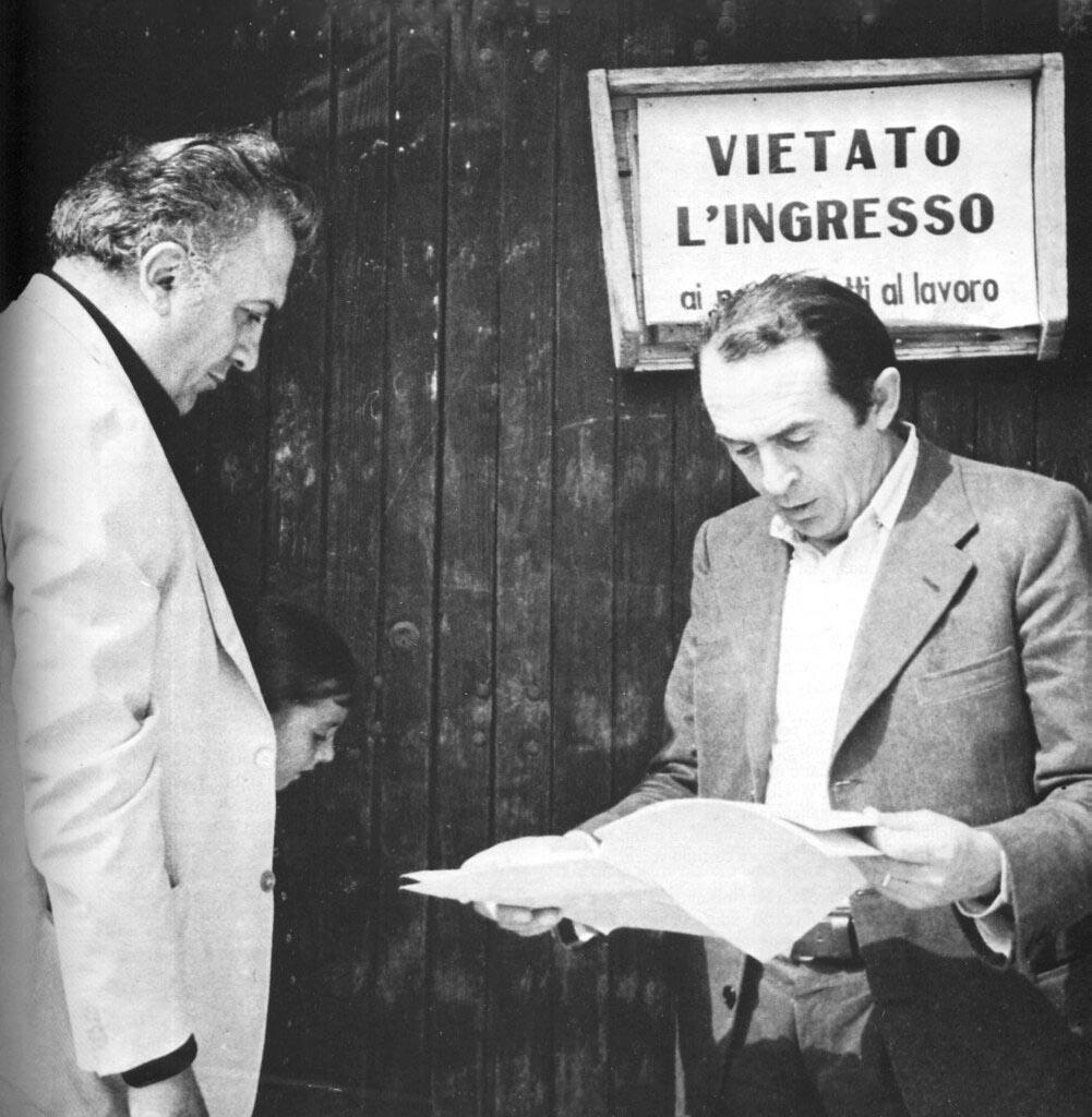 Federico Fellini e Tonino Guerra, entrambi nati nel 1920, durante una pausa nella lavorazione di 'Amarcord'