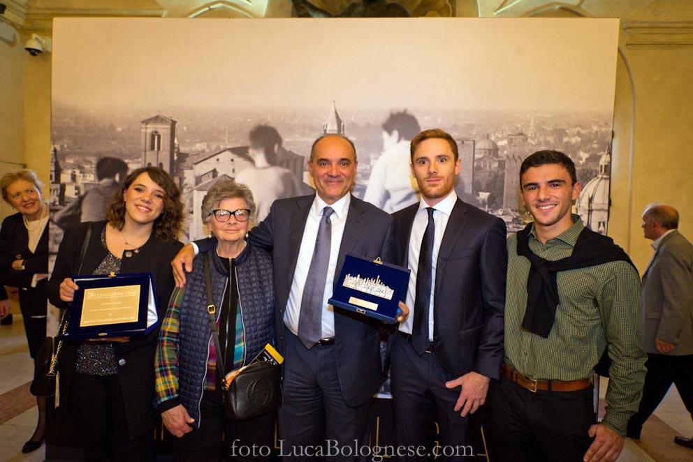 L'editore Roberto Mugavero con i tre figli (da sinistra Martina, Guido e Leonardo) e la signora Paola Breveglieri, moglie del fotoreporter Walter Breveglieri