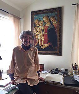 Grete Heinz nel salotto di casa a Berkeley con una copia digitale del dipinto recuperato di Jacopo del Sellaio