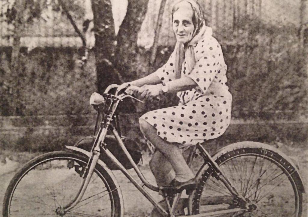 Isotta Gervasi con la sua bicicletta negli anni Sessanta