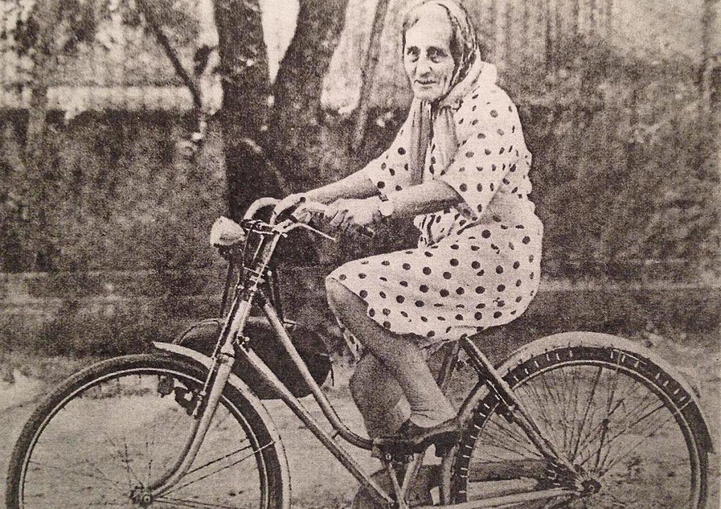 Isotta Gervasi con la sua inseparabile bici negli anni Sessanta per le vie di Cervia. (Wikimedia)