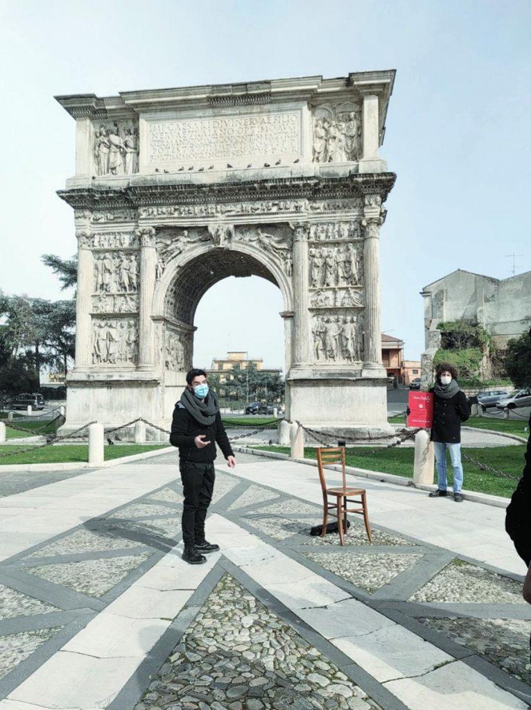 Benevento, arco Traiano - Pier Paolo Palma e Eugenio Delli Veneri, Red Roger, Barbonaggio Teatrale Delivery