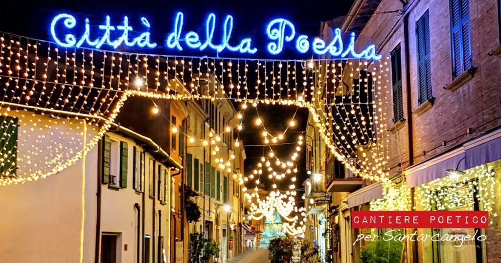 Santarcangelo di Romagna, in provincia di Rimini, è Città della Poesia, e a Natale 2020 ha disseminato versi poetici per le vie del borgo tramite luminarie artistiche