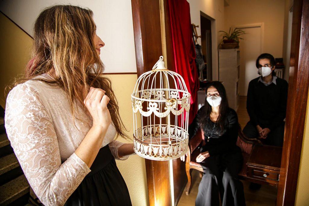 Modena, Alessandra Amerio porta le poesie in dono nelle case