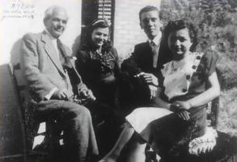 1943. Mario Cervi da sinistra col futuro suocero, fidanzata e futura cognata