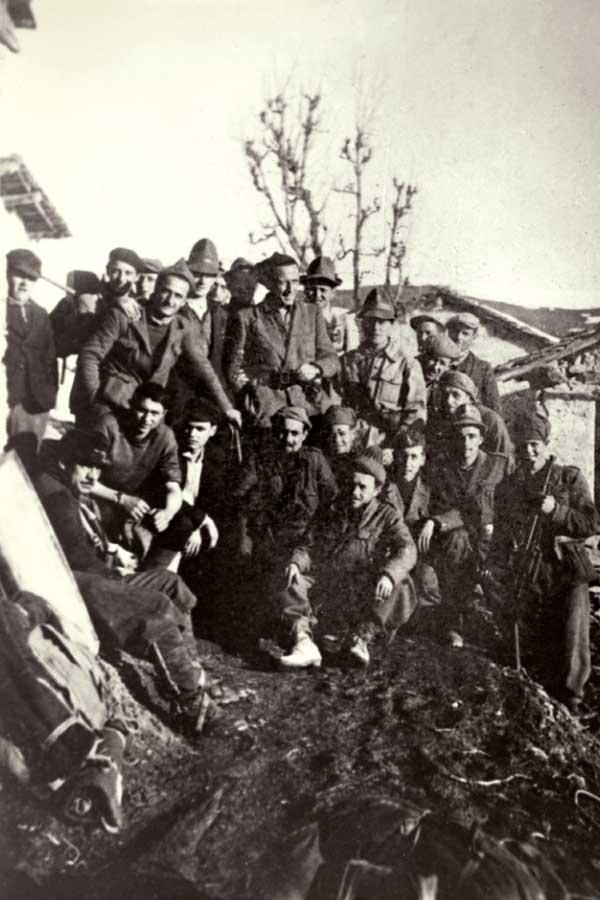 I partigiani di Paraloup: al centro, in piedi, Benvenuto (Nuto) Revelli (Cuneo, 1919-2004), che si unì alla Banda Italia libera di Paraloup nel febbraio del 1944