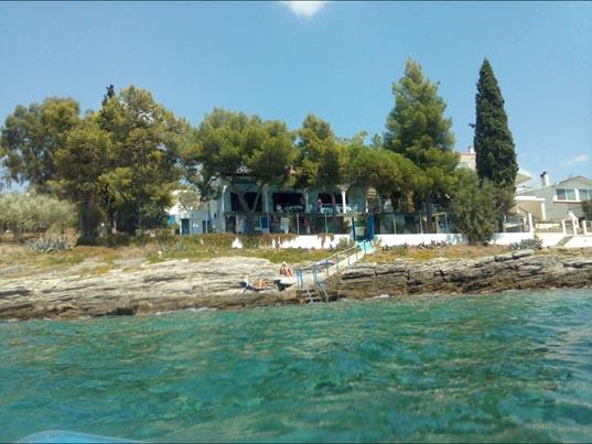 La villetta sulle rocce di Mario Cervi nella baia di Volos
