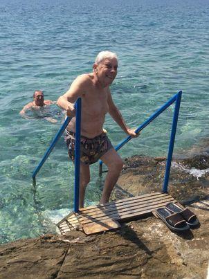 Mario Cervi (con Roberto Angelino in acqua) fa il bagno davanti casa