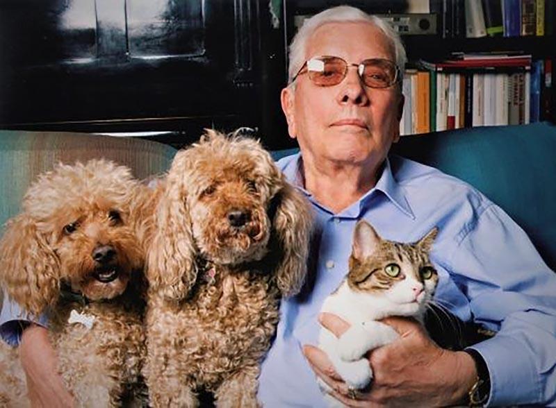 Mario Cervi con la gatta Stella e i barboncini Gilda e Golia