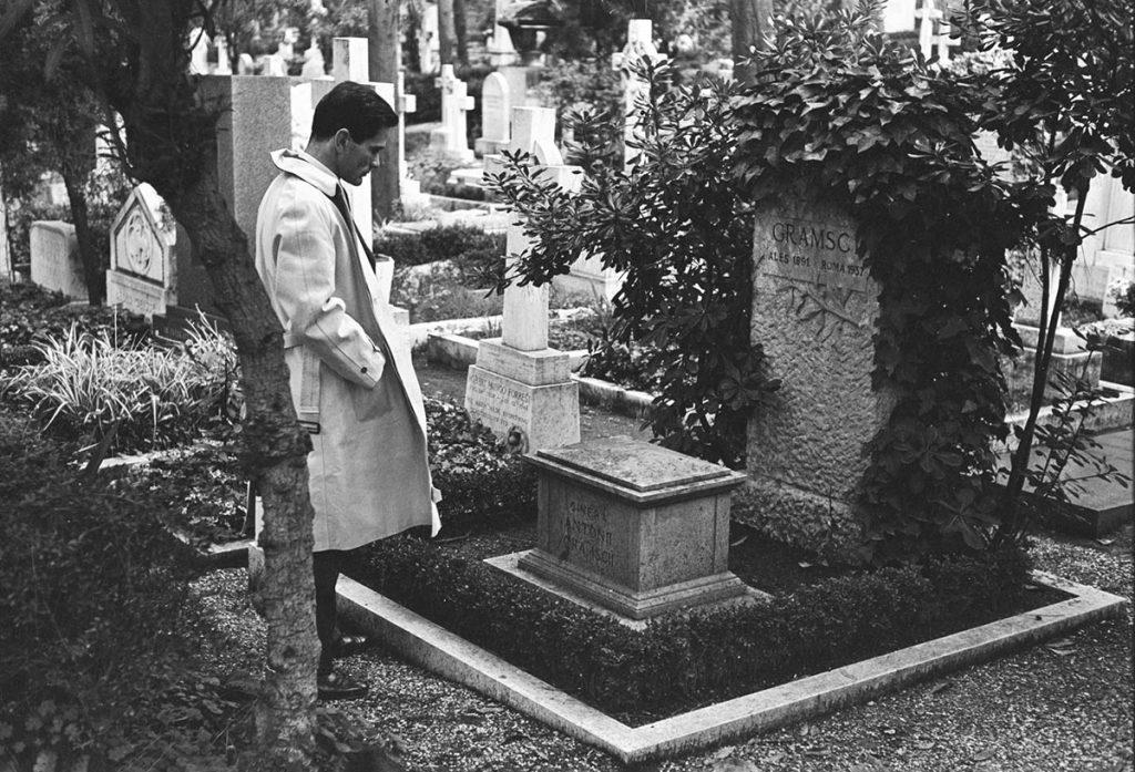 Pier Paolo Pasolini sulla tomba di Antonio Gramsci nel 1970