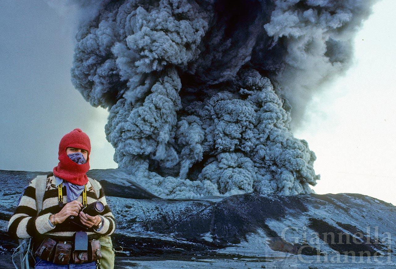 Daniele Pellegrini fotografato durante la grande eruzione dell'Etna del 1983