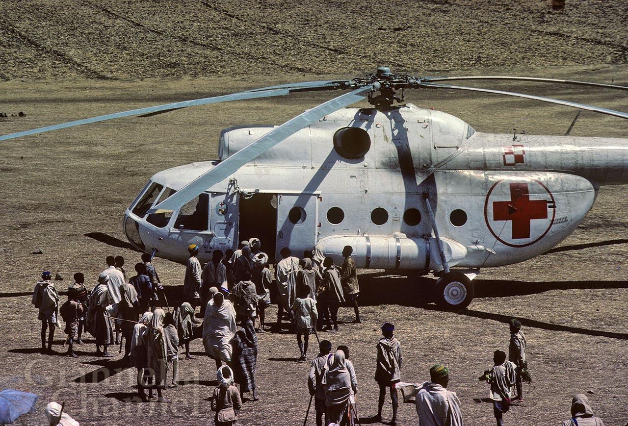 Etiopia 1985. Operazione San Bernardo. Una piccola folla di bisognosi si avvicina all'elicottero del Patto di Varsavia.