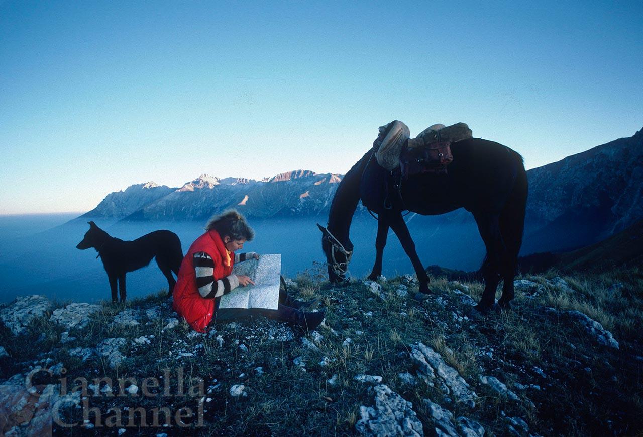 Abruzzo, 1984. Gitta Steffes, autrice del giro d'Italia a cavallo.
