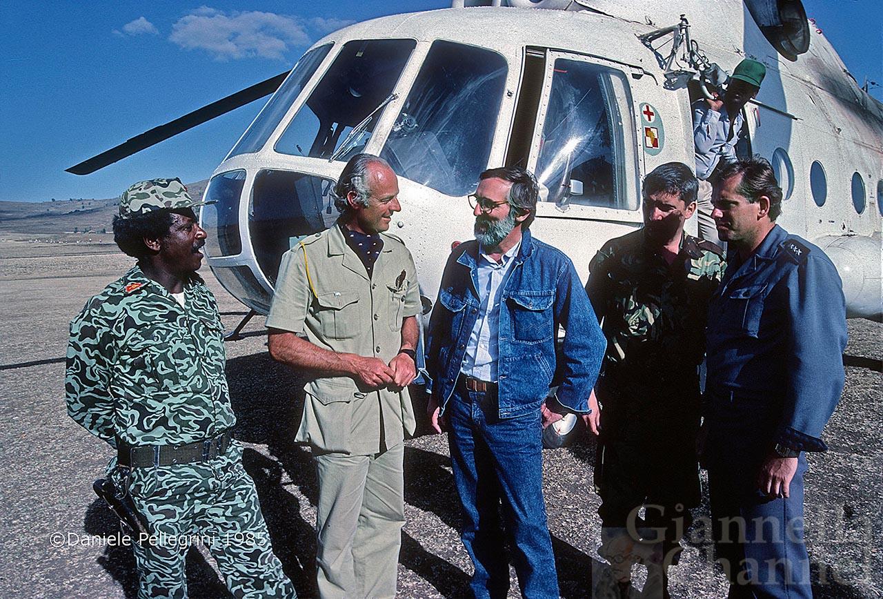 Etiopia, 1985.  Operazione San Bernardo. Egidio Gavazzi (in completo jeans) con Staffan de Mistura (in sahariana). A destra, due piloti polacchi. A sinistra, un militare etiopico.