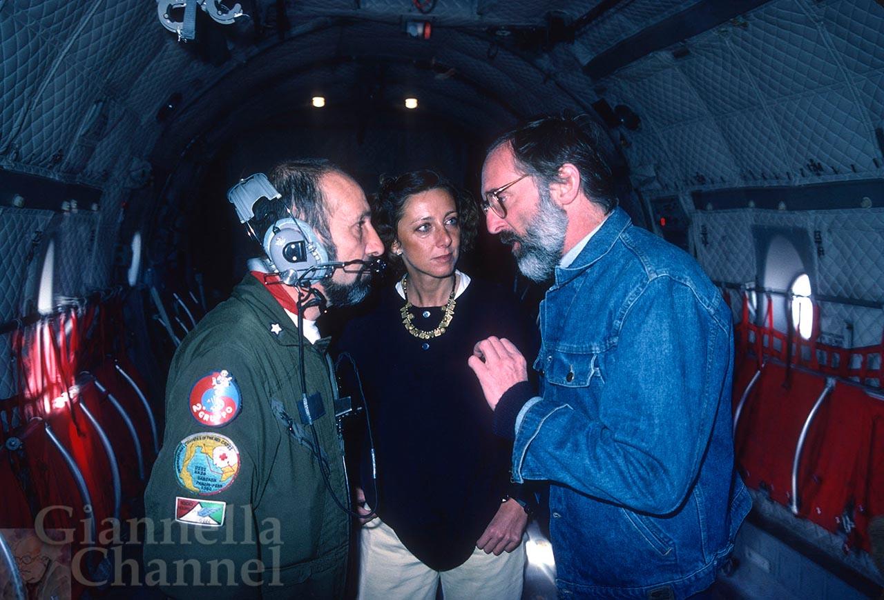 Siamo sul G222 dell'Aeronautica Militare diretto in Etiopia in occasione della grande carestia del 1985. Egidio Gavazzi, a destra, con la giornalista Viviana Kasam, discute con un tecnico di volo.