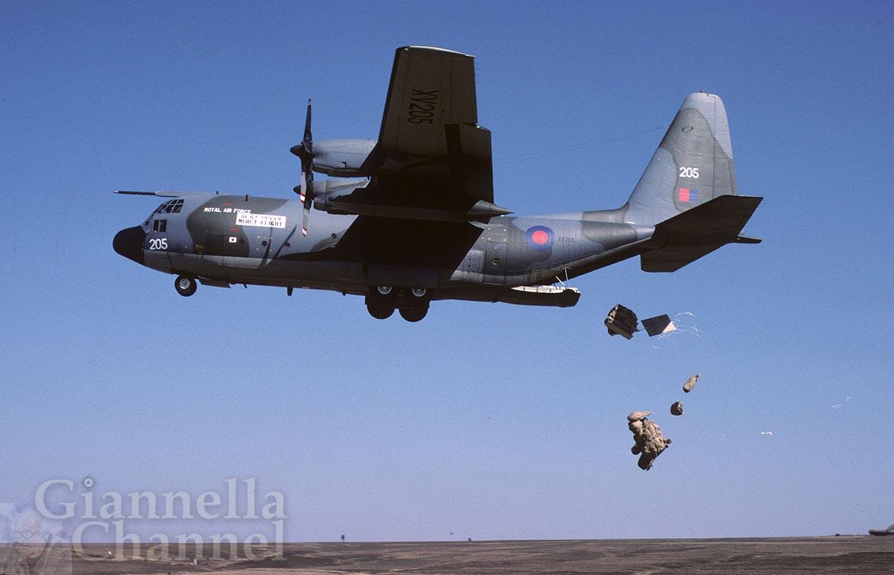 Etiopia 1985. Operazione San Bernardo. C 130 inglese scarica viveri in prossimità di un villaggio