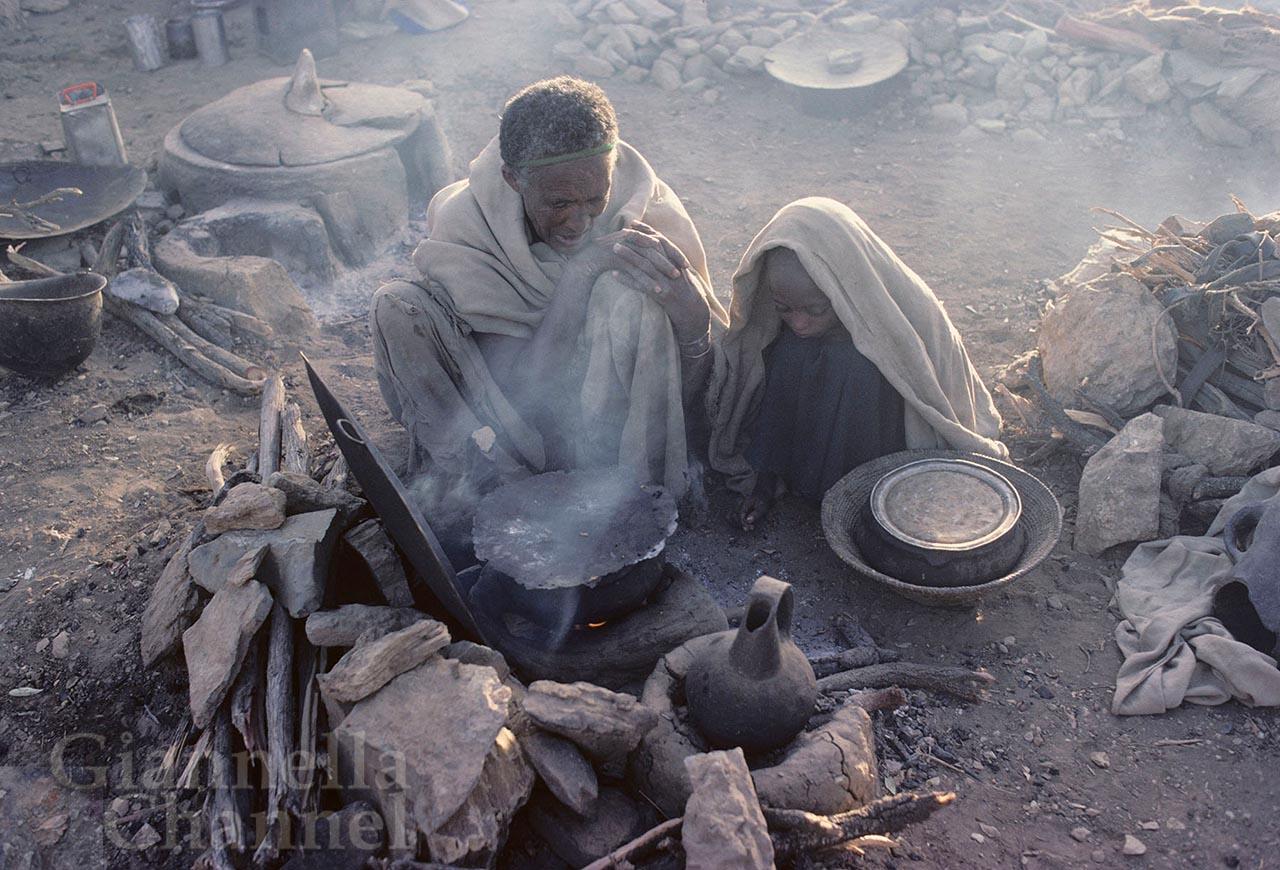Macallè, Etiopia, 1985. Campo della Cooperazione Italiana per assistere i rifugiati della grande carestia. Dopo la fuga, con gli aiuti ricevuti, si cominciano a cucinare i primi pasti