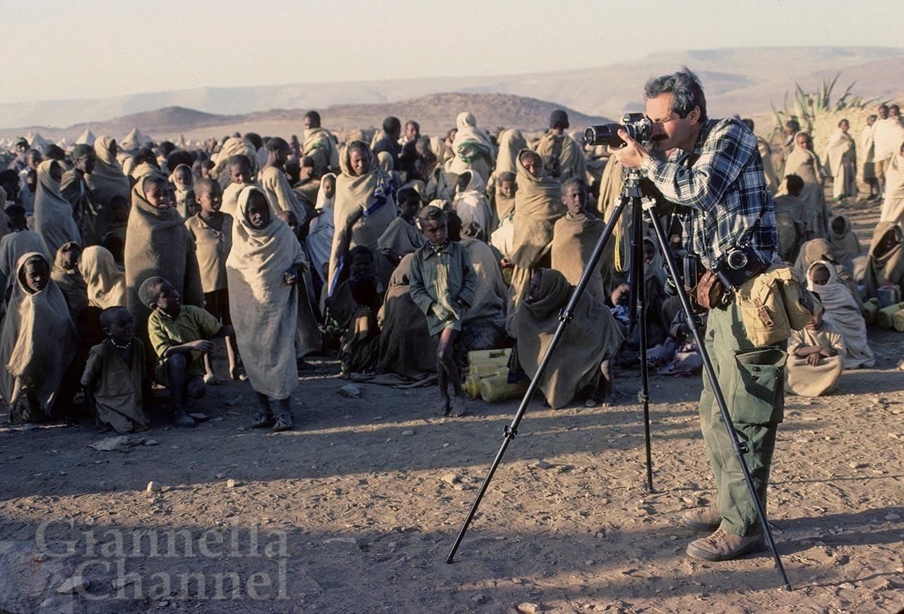 Daniele Pellegrini al lavoro, fotografato da Egidio Gavazzi a Macallè, nel campo della Cooperazione Italiana che assiste i rifugiati che qui affluiscono a causa della grande carestia
