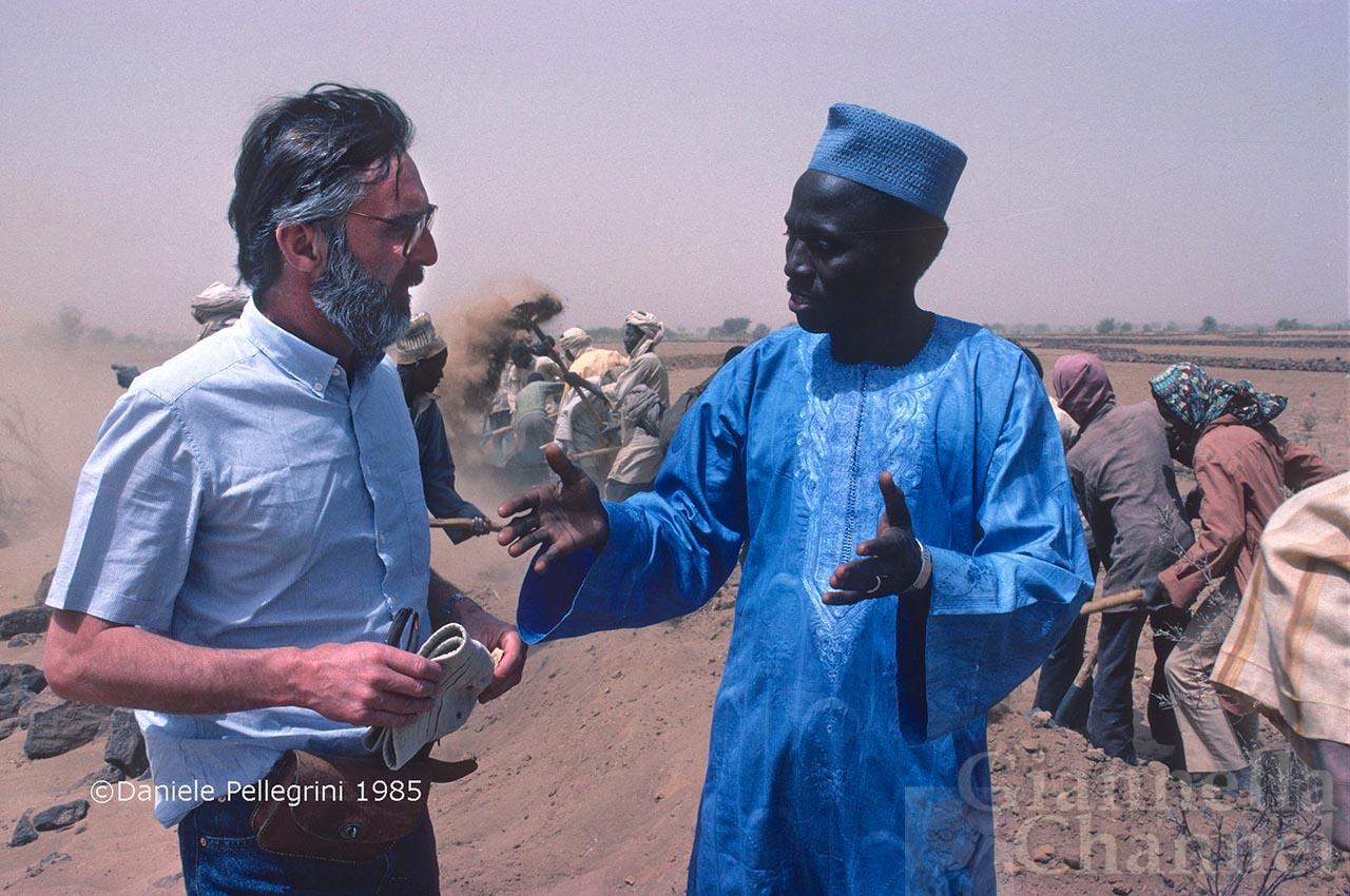 Niger, 1985. Egidio Gavazzi, a sinistra,  parla con un funzionario locale interessato al Progetto Keita, della Cooperazione Italiana